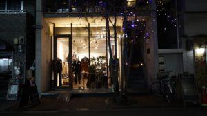 夜の店の外観写真